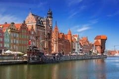 Gammal stad av Gdansk med reflexion i den Motlawa floden Royaltyfri Bild