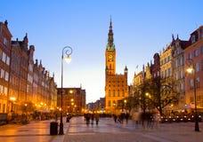 Gammal stad av Gdansk med stadshuset på natten Arkivbild