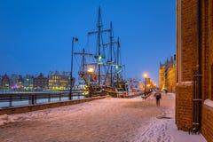 Gammal stad av Gdansk på den Motlawa floden i vinter, Polen Arkivfoto