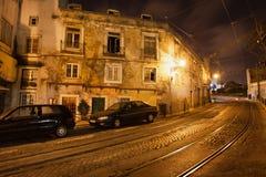 Gammal stad av Lissabon i Portugal på natten Royaltyfri Bild