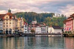 Gammal stad av Lucerne som reflekterar i den Reuss floden, Schweiz Royaltyfri Bild