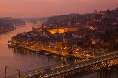 Gammal stad av Oporto på solnedgången, Portugal arkivfoton