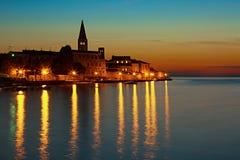 Gammal stad av Porec, Kroatien efter solnedgången, nattcityscape Arkivfoton