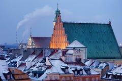 Gammal stad av snöig tak för Warszawa i vinter Arkivfoto