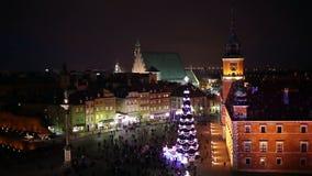 Gammal stad av Warszawa i Polen på natten lager videofilmer