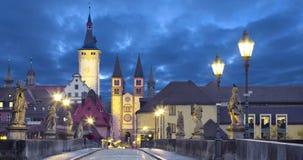 Gammal stad av Wurzburg, Tyskland på skymning arkivfilmer