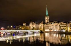 Gammal stad av Zurich på natten - Schweiz Arkivfoton