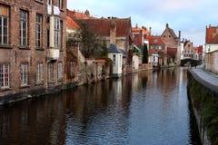Gammal stad Brugge Bruges, Belgien Tappningarkitektur Medeltida tegelstenbyggnader och bro på kanalgatan Royaltyfri Bild