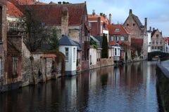 Gammal stad Brugge Bruges, Belgien Tappningarkitektur Medeltida tegelstenbyggnader och bro på kanalgatan Arkivbild