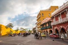 GAMMAL STAD CARTAGENA, COLOMBIA - September 20 2013 - turister och lokaler som går inom den gamla staden i Cartagena arkivfoto