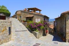 Gammal stad, Castiglione, Italien royaltyfri fotografi