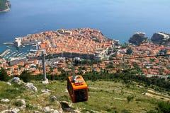 Gammal stad Dubrovnik med kabelbilen Arkivbild