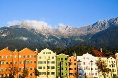 gammal stad för Innsbruck och gästgivargårdflod i morgonen Tyrol (Österrike) Arkivfoto