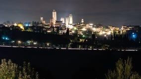 Gammal stad för horisont av San Gimignano på nattetid arkivfoton