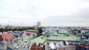 Gammal stad för klassisk latvian arkitektonisk stil och för flyg- panorama med det belade med tegel taket stock video