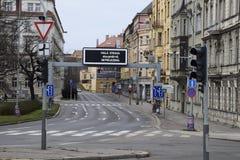 Gammal stad för sällsynt tom prague gata arkivfoto