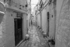 Gammal stad för smal gata i Italien Puglia arkivbilder