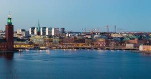 Gammal stad för Stockholm Time-schackningsperiod trafik efter solnedgångstadshus arkivfilmer