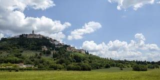 Gammal stad för Trevi i Italien Arkivfoto