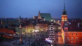 Gammal stad för Warszawa på natten i Polen stock video