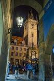 Gammal stad Hall Tower i Prague som ses från den Melantrichov passagen Arkivbilder