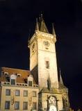 Gammal stad Hall Tower och astronomisk klocka på den nattPrague tjecken Fotografering för Bildbyråer