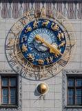 Gammal stad Hall Zodiac Clock Munich Germany Arkivfoton
