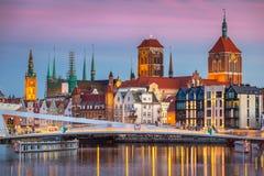 Gammal stad i Gdansk och catwalk över den Motlawa floden royaltyfri fotografi