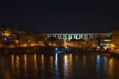Gammal stad i Kavala, Grekland på natten Royaltyfri Foto