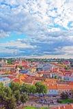 Gammal stad i Vilnius med kyrkliga torn och stadshuset Royaltyfri Bild