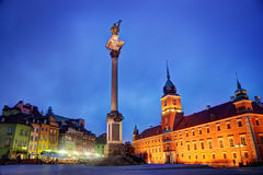 Gammal stad i Warszawa, Polen på natten arkivfoton