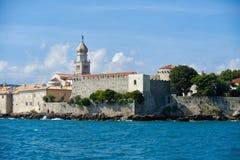 Gammal stad Krk som är medelhavs-, Kroatien, Europa Royaltyfria Bilder