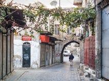 Gammal stad lappad gata i damascus Syrien Arkivfoto