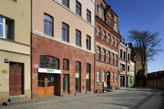 Gammal stad med hyreshusar och gatan för lutande torn i Torun, Polen Royaltyfri Fotografi
