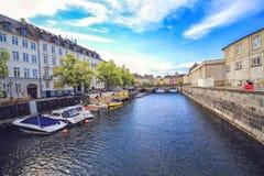 Gammal stad och kanal i Köpenhamnen, Danmark i en sommardag Arkivfoton