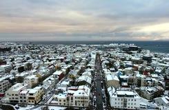 Gammal stad och kust från observationsdäcket av den Hallgrimskirkja kyrkan i centrala Reykjavik royaltyfri fotografi