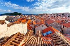Gammal stad- och Lokrum ö på solnedgången, Dubrovnik, Dalmatia, Kroatien Arkivbilder