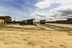 Gammal stad på Bolivia med en gammal järnväg arkivfoto
