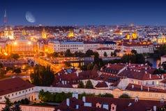 Gammal stad Prague på natten arkivfoton