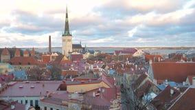 Gammal stad Tallinn med dess smala gator, pepparkakahus för sikt med röda tak lager videofilmer