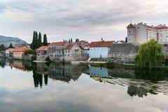 Gammal stad Trebinje och flod Trebisnjica royaltyfria bilder