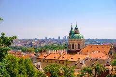 Gammal stadarkitektur med terrakottatak i Prague royaltyfria foton