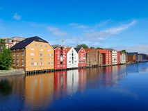 Gammal stadbro över den Nidelva floden i Trondheim Royaltyfri Fotografi