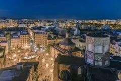 Gammal stadfyrkant för spansk stad med det gotiska tornet och byggnader fotografering för bildbyråer