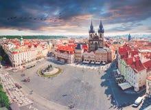 Gammal stadfyrkant i Prague med den Tyn kyrkan från klockatorn Fotografering för Bildbyråer