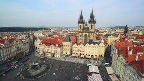 Gammal stadfyrkant i Prague, Tjeckien med den gotiska domkyrkan för St Teyn Arkivbilder