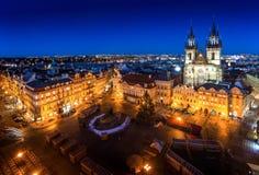 Gammal stadfyrkant i Prague under natt med glänsande ljus och blått royaltyfri bild