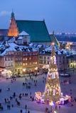 Gammal stadfyrkant på natten i Warszawa Arkivfoton