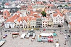 Gammal stadmarknadsfyrkant, sikt från det St Bartholomew s domkyrkatornet, Plzen, Tjeckien arkivbild