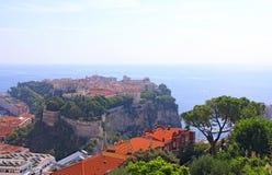 Gammal stadshalvö med prinsslotten i Monaco, mycket liten liten cou Royaltyfri Fotografi